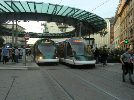An A-Line tram arrives at Homme de Fer station as a D-Line tram for the opposite direction waits at the in the opposite platform.  Photo: Franz Roski.